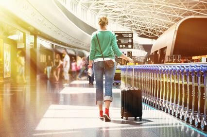 Frau auf dem Flughafen